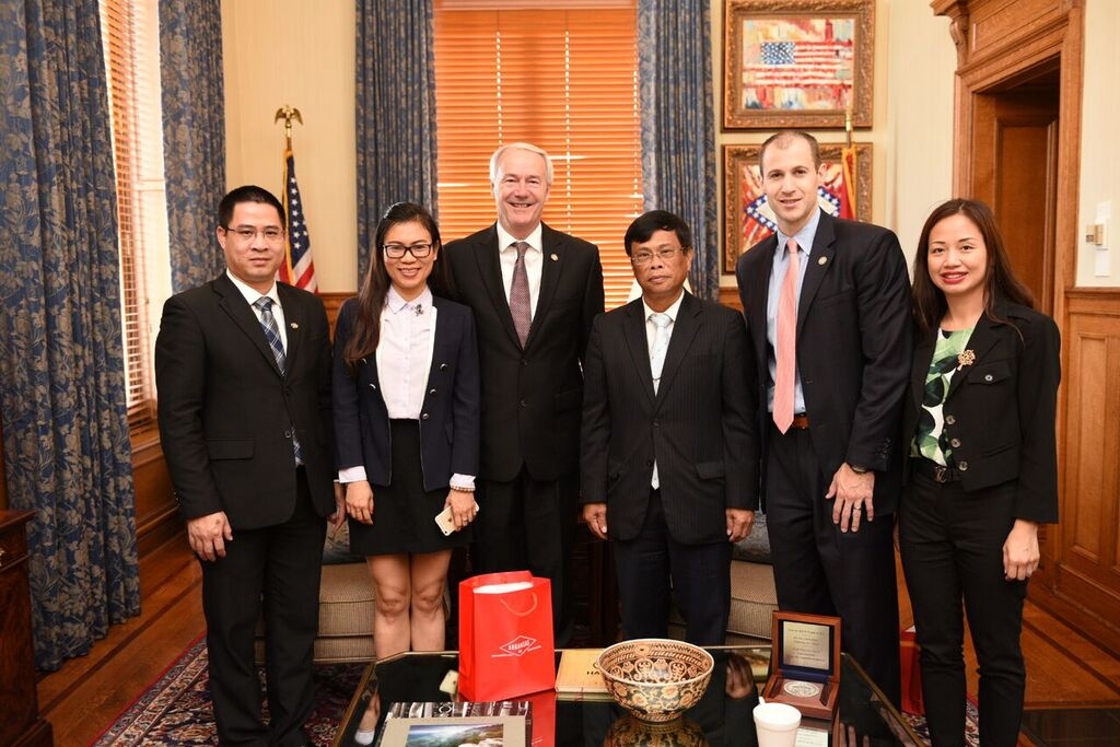 CG LQH and Consulate staff met visit Arkansas Governor Asa Hutchinson August 16 2017.JPG